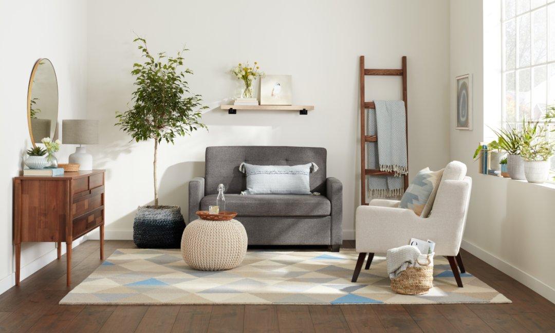 Обустройство маленькой гостиной, кресла вместо дивана