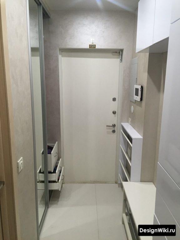Белая глянцевая модульная мебель в узком коридоре