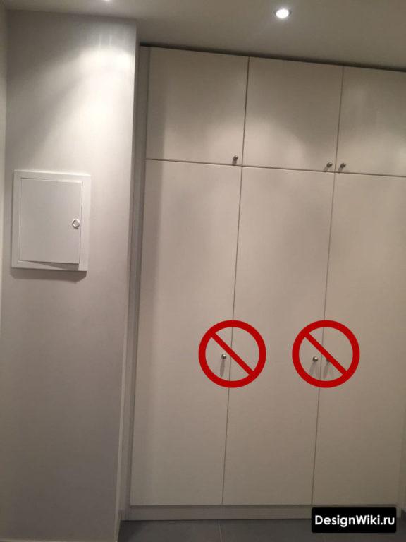 Белый минималистичный встроенный шкаф в узком коридоре