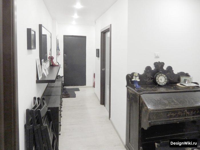 Чёрная мебель в белом коридоре