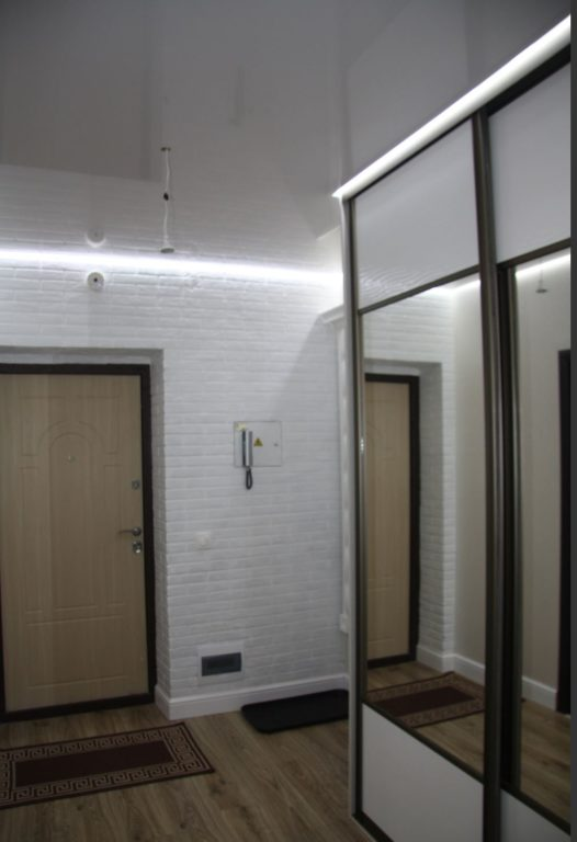 Глянцевый потолок в дизайне прихожей