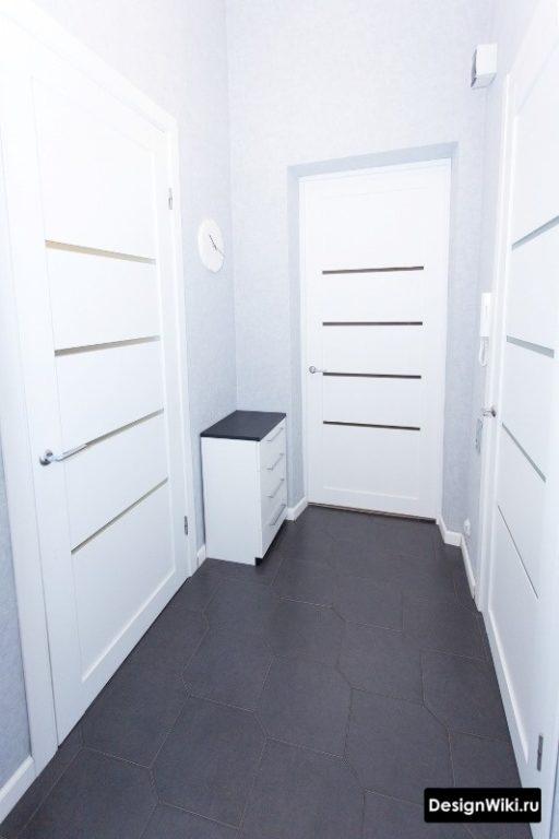 Небольшая белая тумба в углу в коридоре