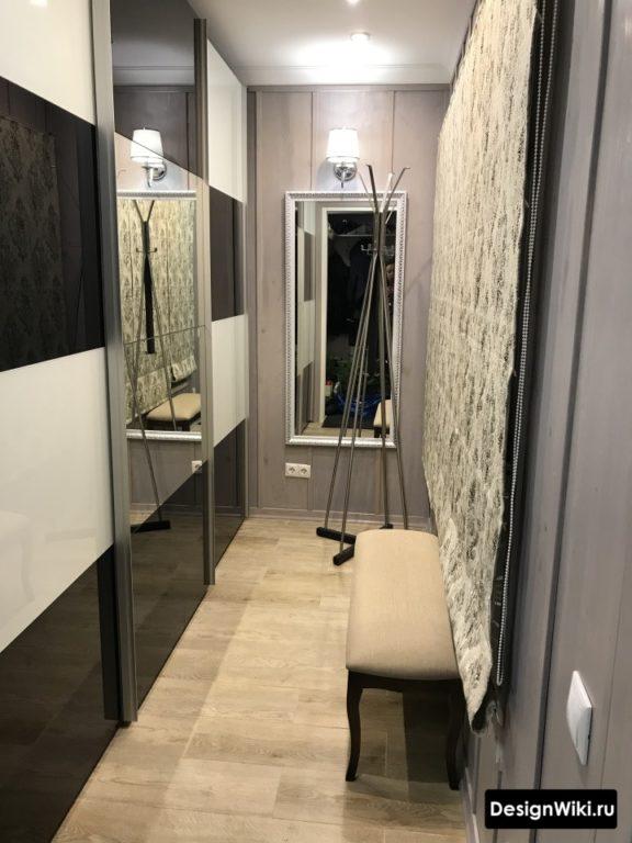 Шахматный шкаф купе и отдельная лавка в коридоре