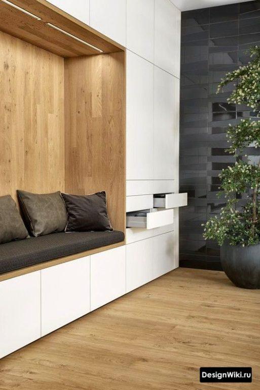 Современная прихожая в коридор - белый цвет и светлое дерево
