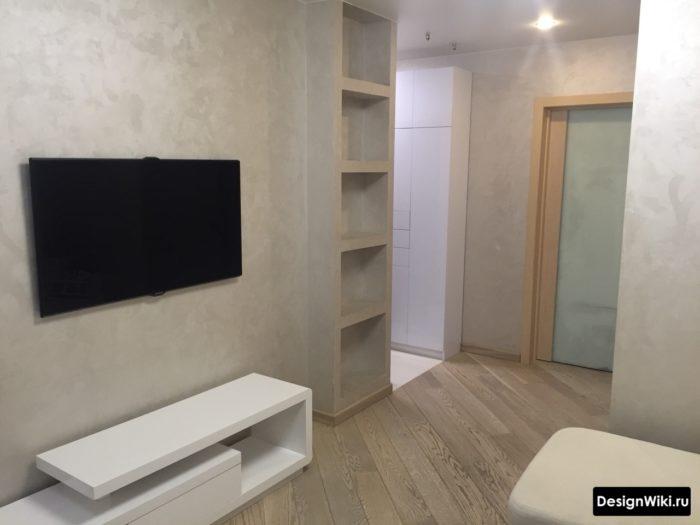 Узкий белый матовый шкаф без ручек в современном интерьере коридора